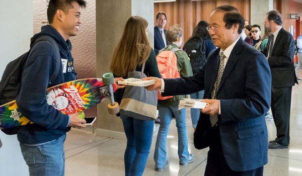 UCSB Chancellor Yang giving away books to students during UCSB Reads
